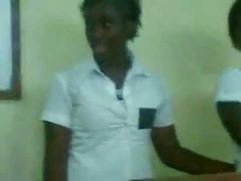Des élèves à Genoux Se Chauffe Avant L Larrivé Du Professeur video
