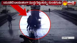 Man tries to forcibly kiss girl at a Navi Mumbai railway station | Caught on camera