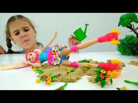 Видео для девочек - Барби катается на роликах