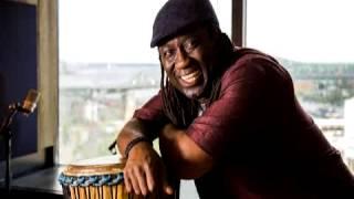 Apprenez à jouer du djembé avec Élage Diouf!