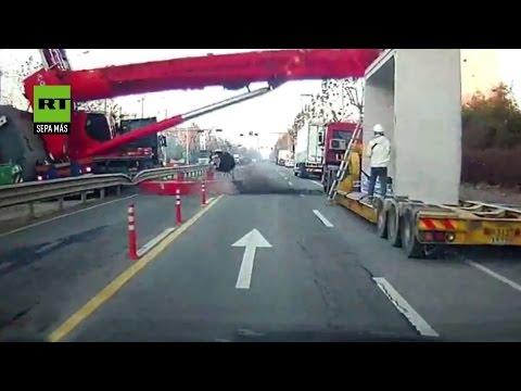 Una grúa aplasta un camión en Corea del Sur