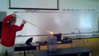 Un prof fait une explosion et met le feu à sa salle de classe pour une expérience de Chimie