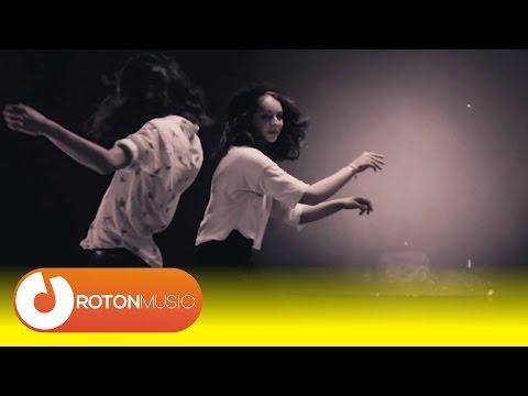 Robin And The Backstabbers - Muzică în cântece (Official Music Video)