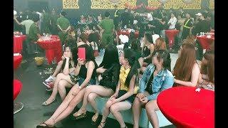 Dân chơi ném ma túy vương vãi khi cảnh sát đột kích quán bar