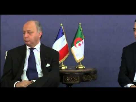 Laurent Fabius dort pendant une rencontre en Algerie