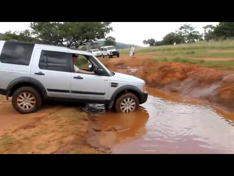 Land Rover vs Toyota Hilux Test Off Roa