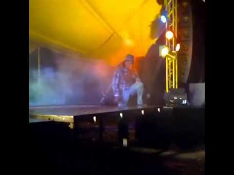 Uhuru -  Y Tjukutja Dj Bucks Falling Off The Stage. Lol video