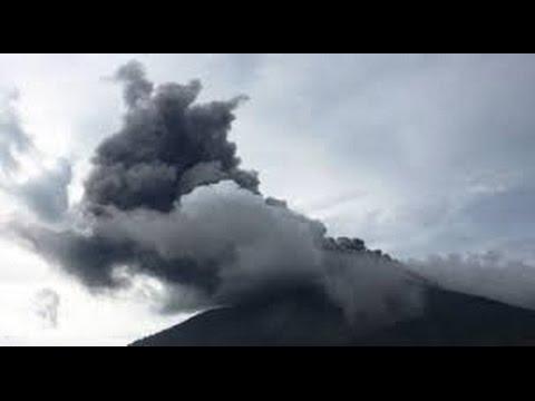 Berita 30 Juli 2015 - VIDEO Gunung Gamalama Semburkan Abu Vulkanik Setinggi 300-500 Meter