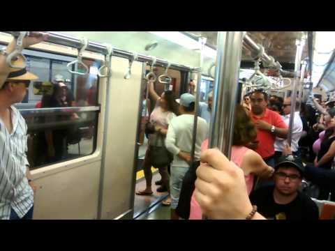 Pelea de mujeres en metro de santiago