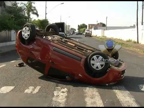 Condutora provoca capotamento em cruzamento bem sinalizado