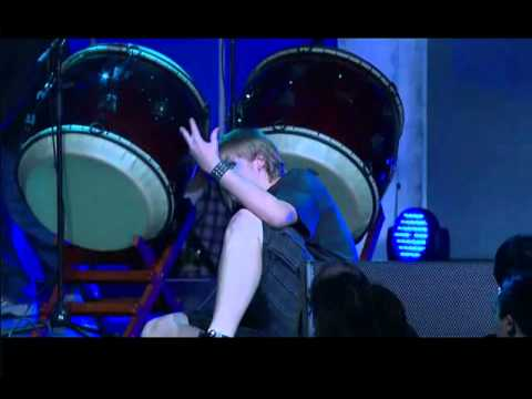 Kid breaks leg at Blizzcon 2010 Dance Contest