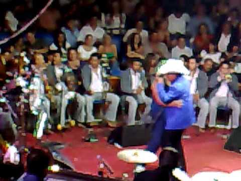 joan sebastian en guadalajara 2008 (agarrandole la nalga a una gordita)