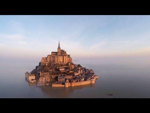 Si hay algo que es al mismo tiempo mágico y peligroso es el tema de las mareas. En Badalona no se notan casi nada pero en la costa gallega, por ejemplo, hay que tenerlas muy en cuenta si no queremos quedarnos aislados en medio del mar cuando menos nos lo esperamos. El ser humano, en su intento de crear espacios invulnerables, creó castillos de altas murallas, pero quizá ninguno tan impresionante como el Mont Saint Michel en Francia. Para ponerselo difícil a sus antiguos atacantes, la marea, cuando sube, hace de esta fortaleza una isla sólo accesible con barco. Actualmente, la belleza del lugar es impresionante. Aquí lo tenéis en versión dron y alta resolución. ¡Disfrutadlo!