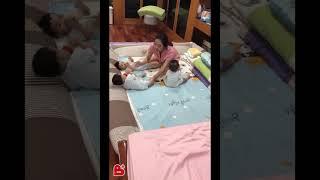 Clip 3 cậu bé sinh ba xúm xít, quấn mẹ đòi sữa 'gây bão' mạng và câu chuyện phía sau