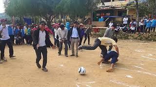 trò chơi bịt mắt sút bóng hội trại 26-3 PTDT BT THCS Trà Nham