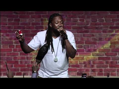 Rapper freestyling about random objects from the crowd, very impressive