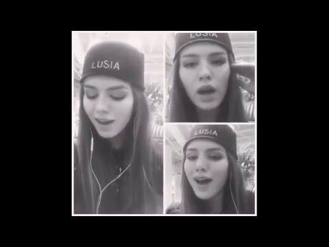 красивая девушка поет популярные песни