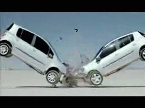 Renault a décidé de faire un crash test collectif de sa gamme. Un ballet de véhicules assez harmonieux et surtout très sympa.