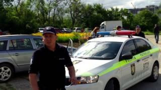 Parcul e plin de mașini, poliția zice că nu-i interzis!