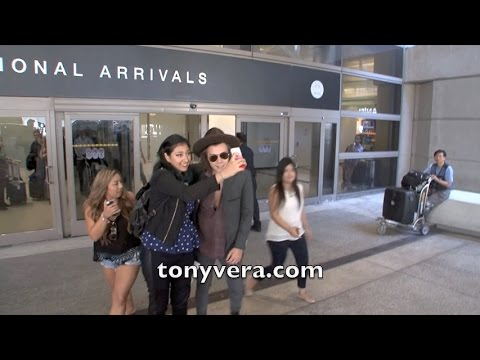 (EXCLUSIVE VIDEO) Harry Styles show love to fans at LAX