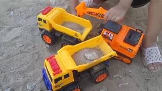 Bé chơi ô tô - máy xúc đất