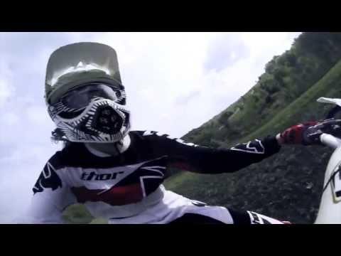 девушка раздает на мотоцикле - мотокросс