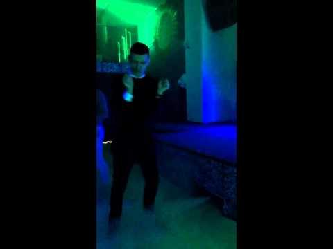 Парень отжигает в клубе
