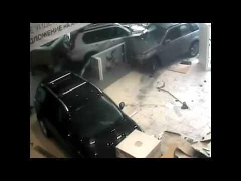 Бешеный водитель разгромил автосалон.