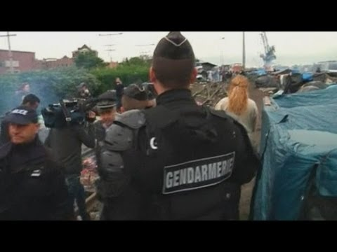 French riot police evacuate Calais immigrant camps