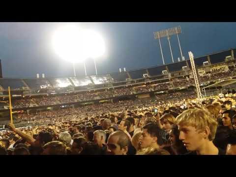 CROWD SINGS BOHEMIAN RHAPSODY HD GREEN DAY 8/5/17