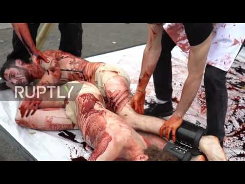 Con una sangrienta muestra callejera, celebraron el Día Mundial del Veganismo