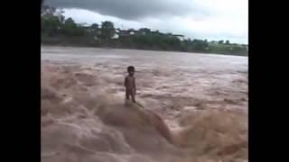 Chuyện lạ có thật - cậu bé đứng trên dòng nước lũ mà không bị cuốn trôi