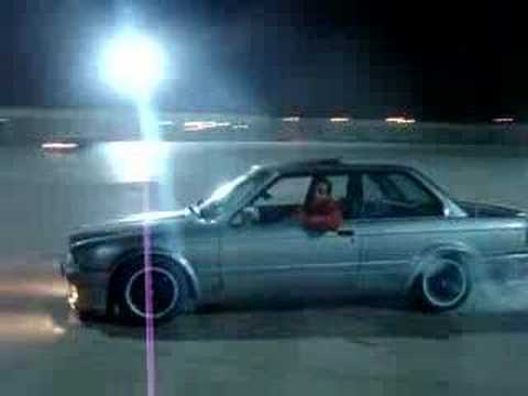 LIBYAN DRIFT AND BURNOUT BY BMW M3 E30 IN BENGHAZI