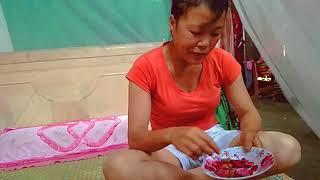 Gái H'mông ăn mận_ dùng chân kéo áo của Hoàng Dung | TUAM HER CHANNEL