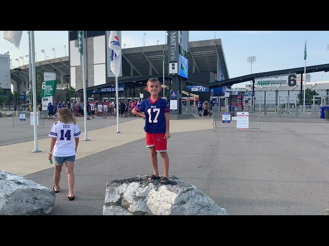 BUFFALO BILLS PRACTICE/GAMES JOSH ALLEN PLAYING CATCH WITH THE FANS. DIGGS LAUNCHING BALLS
