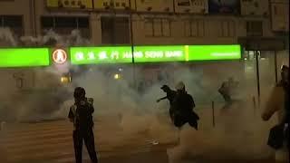 警方在太子地铁站外发射催泪弹驱赶示威者