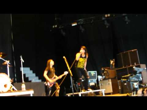 Escape The Fate - 10 Miles Wide (Live at Uproar Fest Chicago 9/18/11)