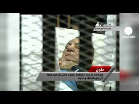 Mubarak, enjaulado y en camilla, vuelve a comparecer...