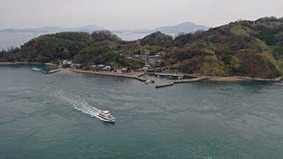 今治市の北部海上0.5km、来島と馬島の中間に位置する。東側の馬島との間は来島海峡航路の西水道にあたり、多くの船舶が航行している。住民は江戸中期に来島から ...