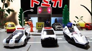 はたらくくるま#13 パトカーでおしごと(トミカタウン 交番 信号機使用)/Tomica Police Car thumbnail