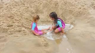 LAURINHA E HELENA BRINCANDO COM PAPAI NA PRAIA | LAURINHA AND HELENA PLAYING WITH DADDY ON THE BEACH