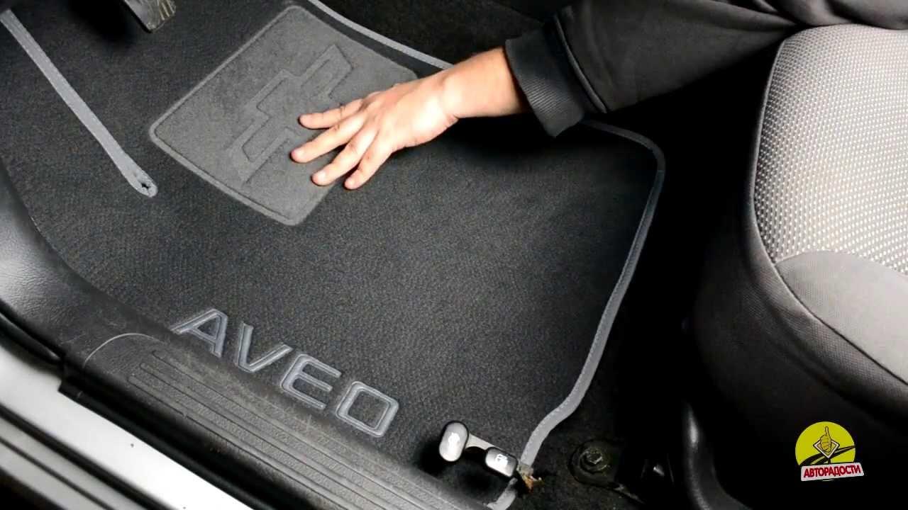 Но существуют и модельные автомобильные коврики, которые выполнены с учетом конструкторских поворотов и элементов салона конкретного автомобиля. Отдельно стоит отметить и коврик для багажника – это мат, выполненный из резины, пвх или прорезиненного пластика, у которого бортики по.