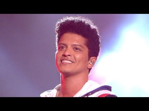 Bruno Mars WINS Artist Of The Year & 6 More Awards At 2017 AMAs