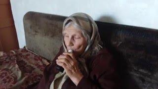 Бабуля курит электронную сигарету.(Недавно принесла домой электронную сигарету, моя 87летняя бабушка решила попробовать покурить. Ей очень..., 2016-05-02T12:06:03.000Z)