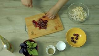 Салат из куриного филе, винограда, орехов кешью и базилика с майонезом