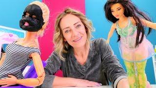 Spielspaß mit Puppen. Barbie in Nicoles Spa Salon. Spielzeugvideo für Kinder