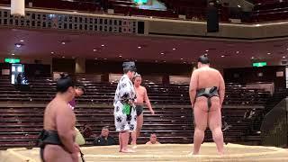 序の口最初の一番、対するは上田市出身の松岡。行司 木村啓太郎の、のこ...