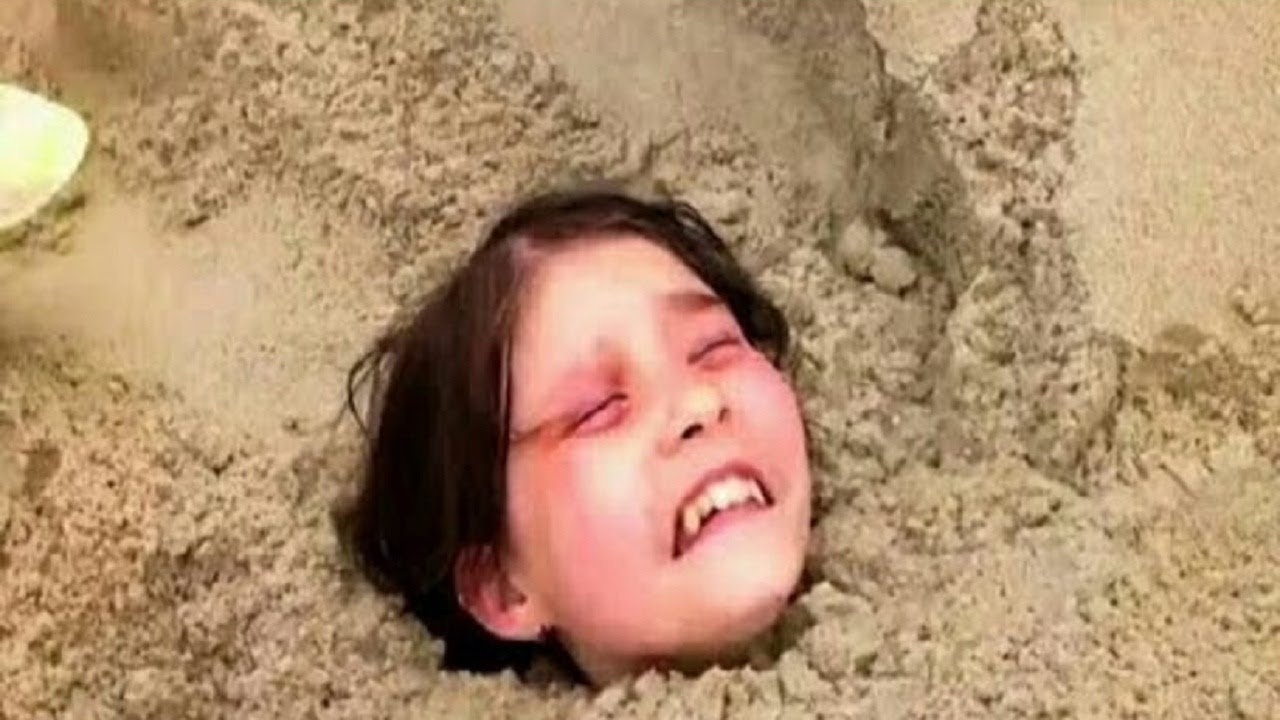Download Un niño de 11 años encuentra a una niña enterrada viva en la arena. Esto es lo que le pasó a ella