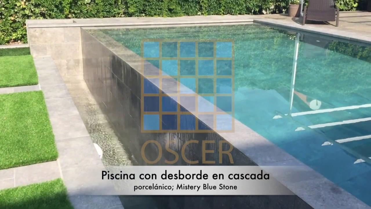 Pequeña piscina desbordante porcelánica