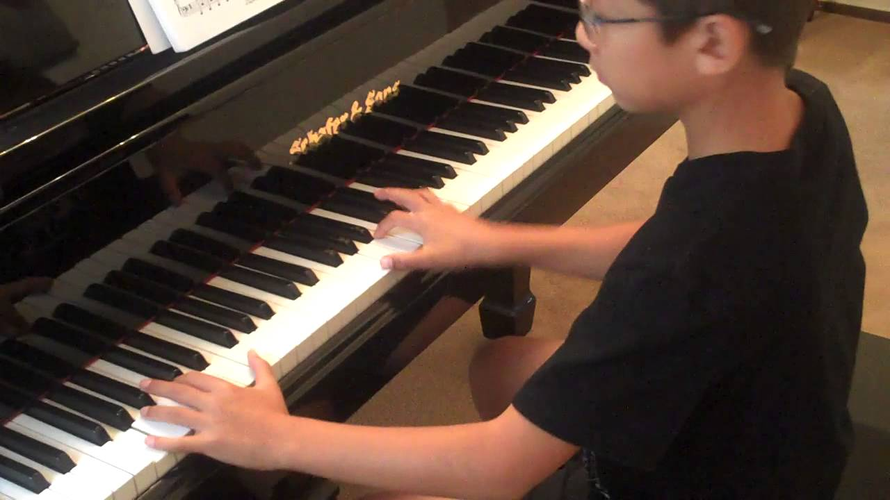 Maxwell plays YMCA on the piano, 25 October 2015 - YouTube